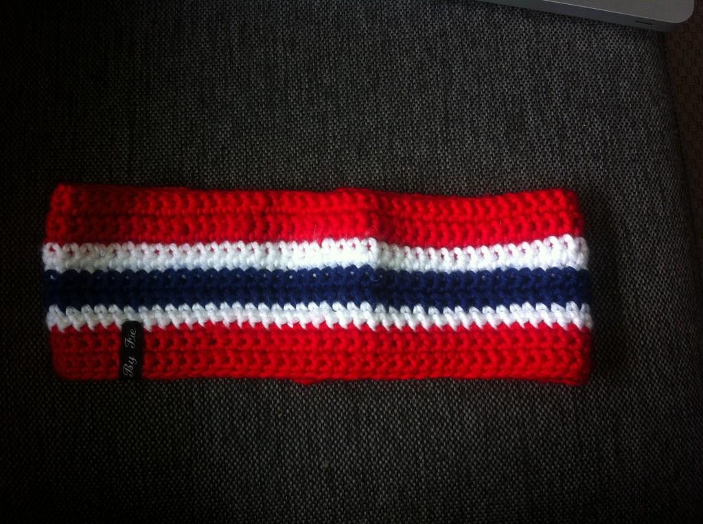 Pannebånd i norske farger. Pris 120,-